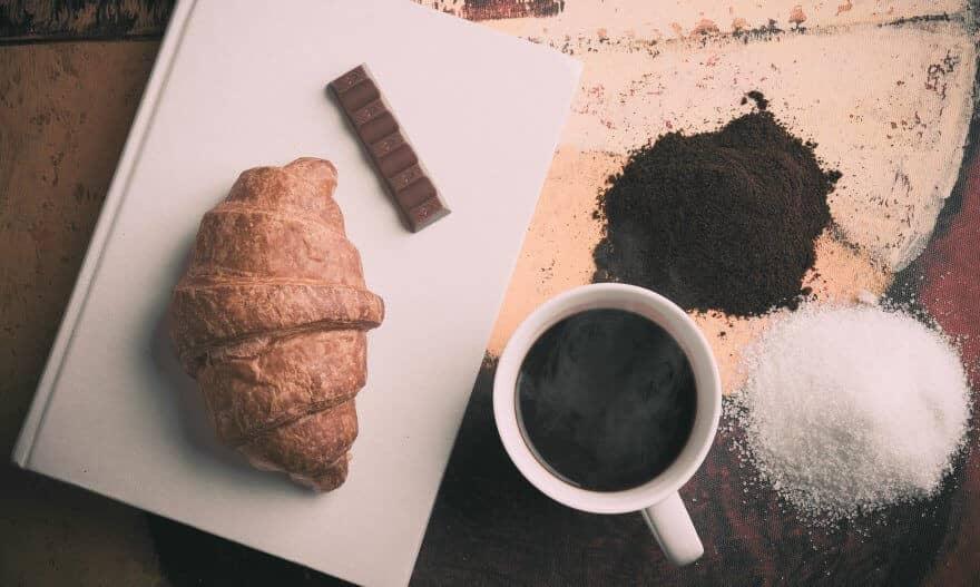 cafe với bánh và đường