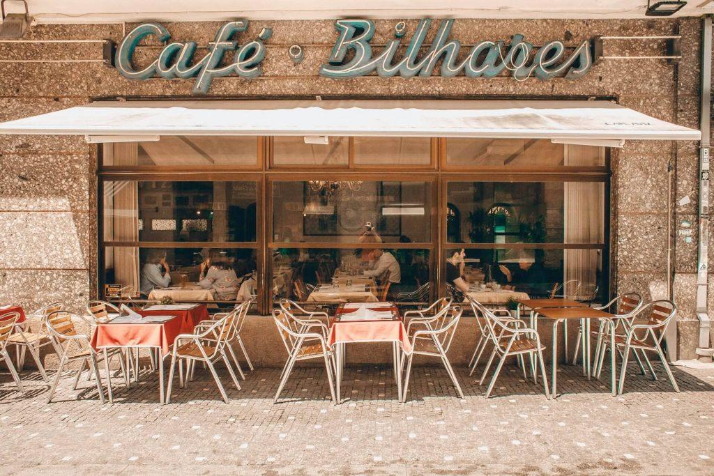 quán cafe trong buổi chiều nắng nhẹ