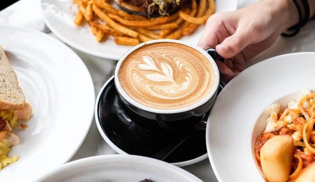 uống cafe khi ăn