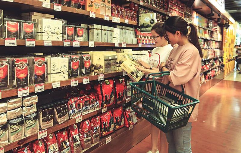 người mua cà phê hòa tan trong siêu thị