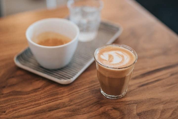 cafe mocha trên bàn