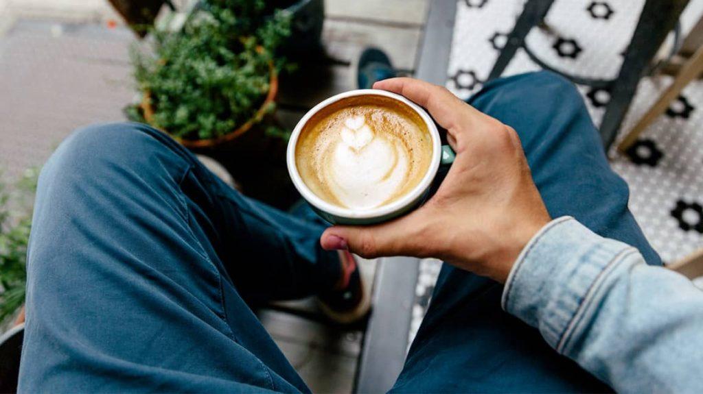 thưởng thức cafe latte