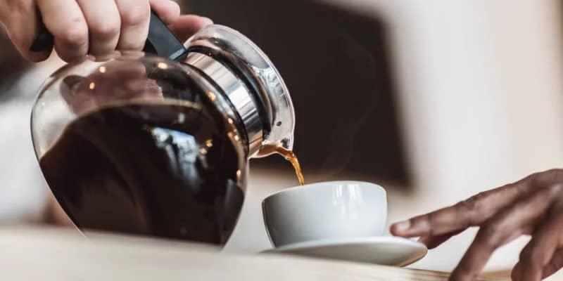 rót cafe từ bình ra cốc