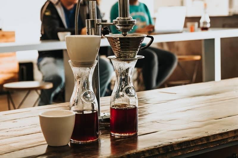 cốc và bình chứa cà phê