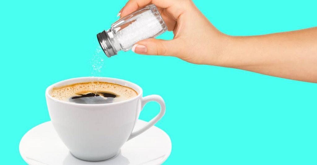 cho muối vào cà phê