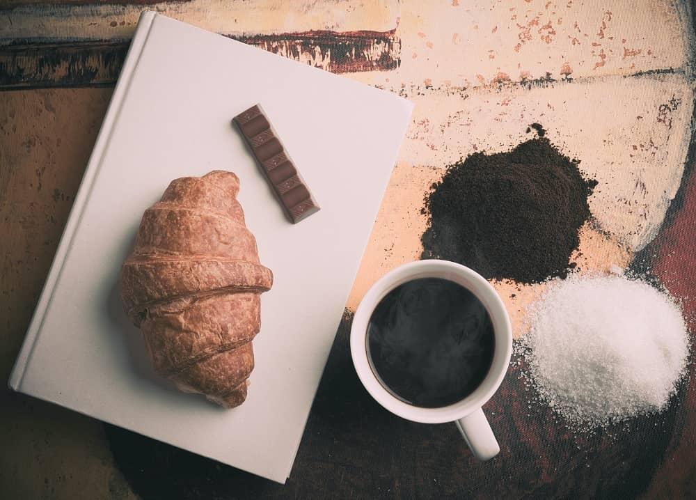 cafe ăn kèm bánh ngọt và đường